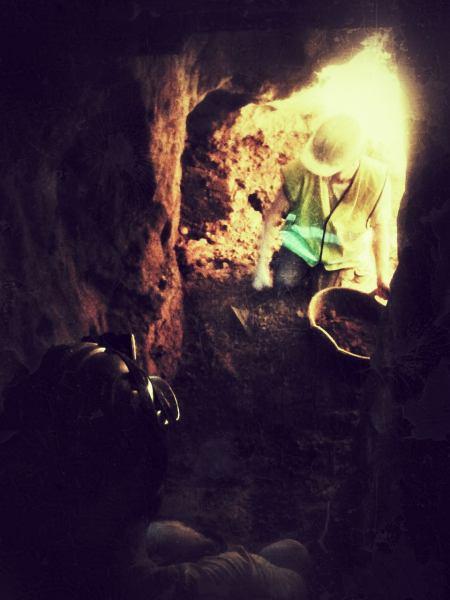 Neteja de la mina del carrer Coscoll (Fotografia: Adrià Carreras)